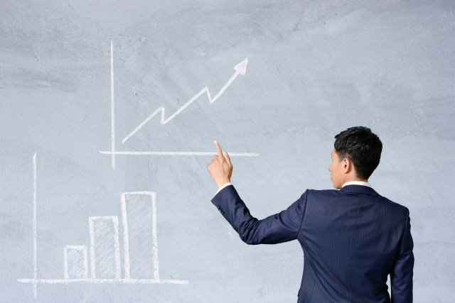 チャートを解説するビジネスマン