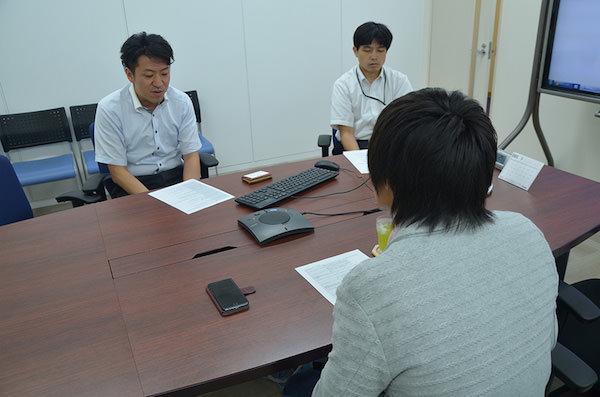 FXTFの執行役員である閏間(うるま)さん[左]、マーケティング担当の伊藤さん[右]へ取材開始時の様子。