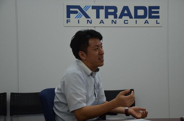 未来チャートについて説明するFXTFの社員